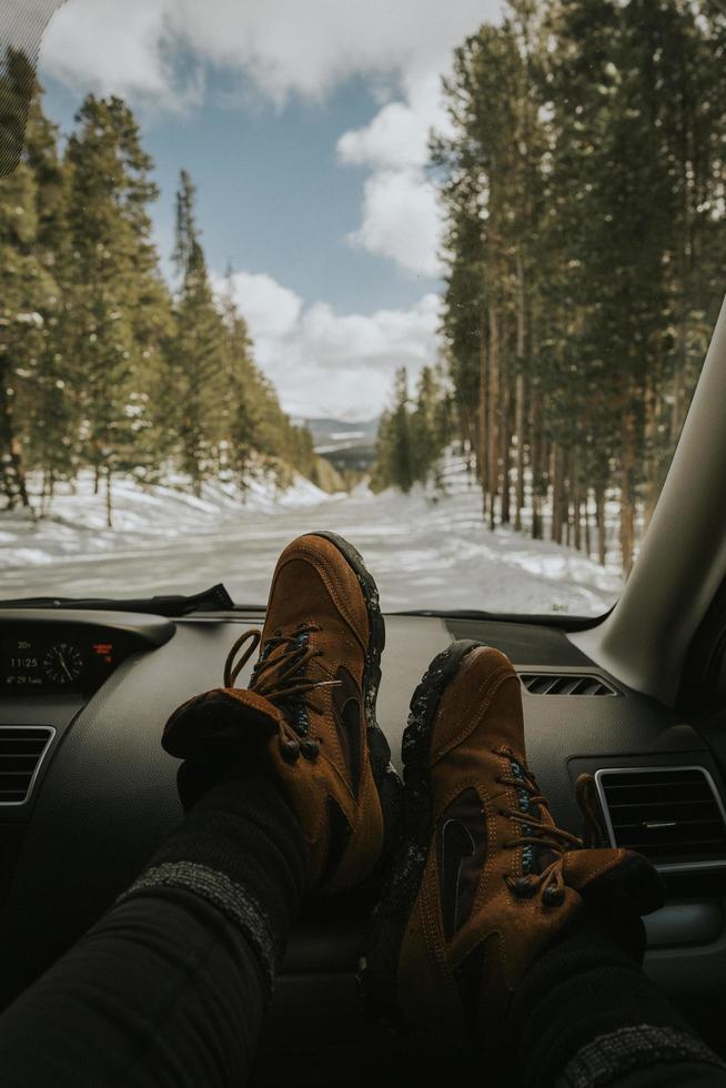 scarpe da trekking sul cruscotto foto