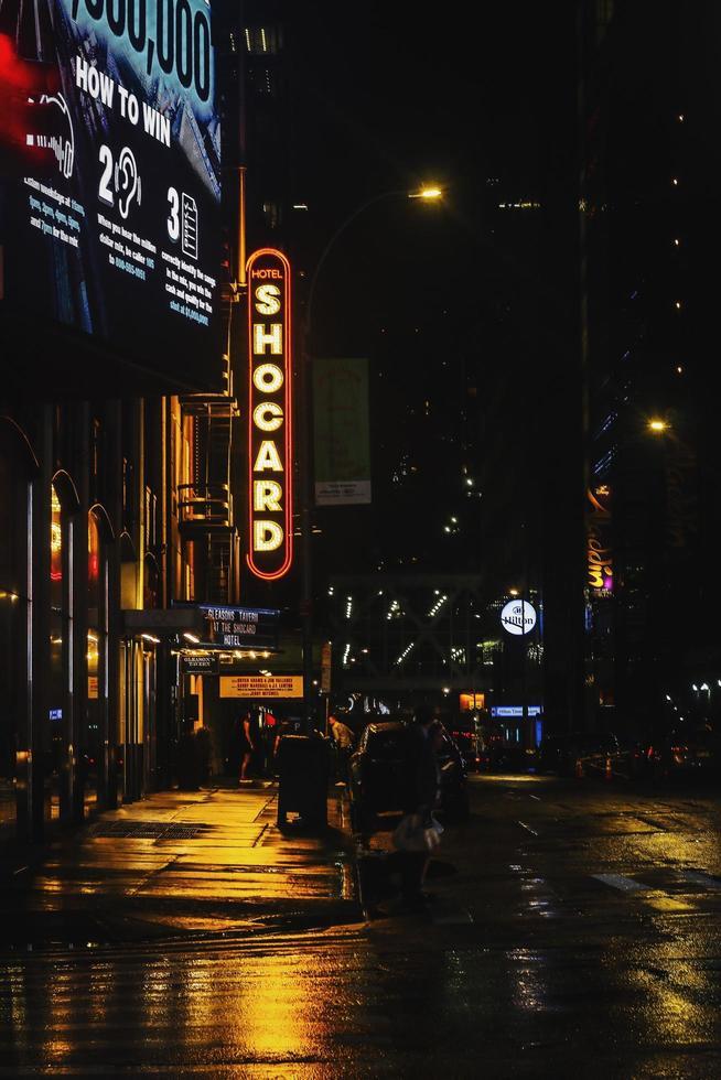 segnali stradali di notte foto