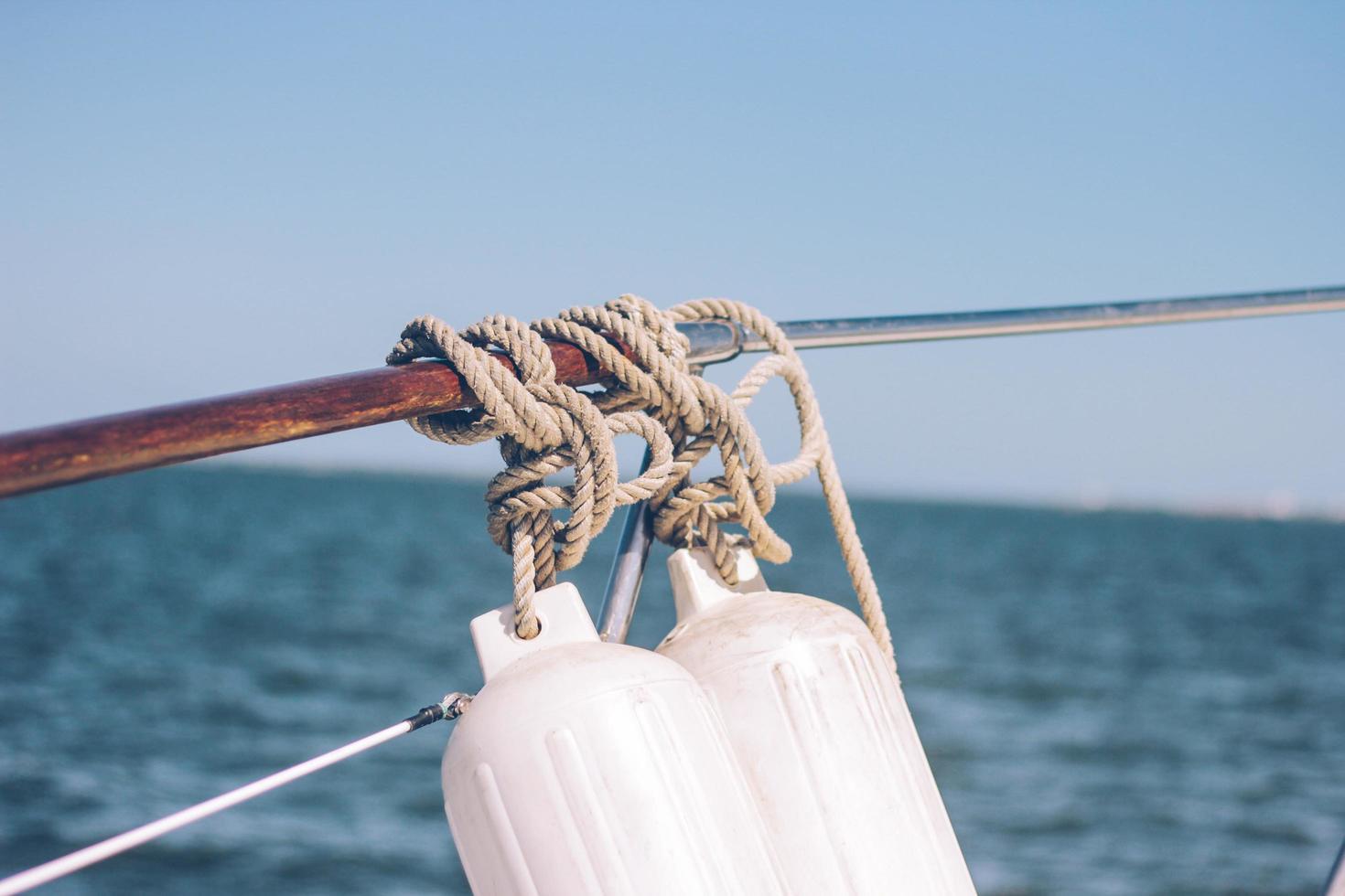 corda grigia legata a una barca foto