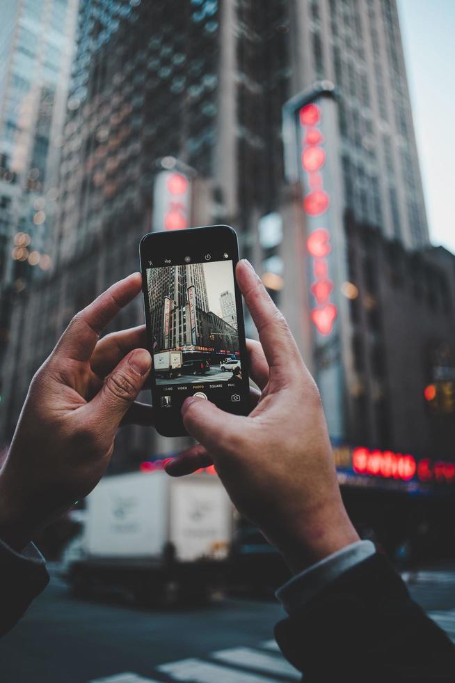 radio city music hall, new york city, stati uniti, 2020 - persona che scatta foto dell'edificio