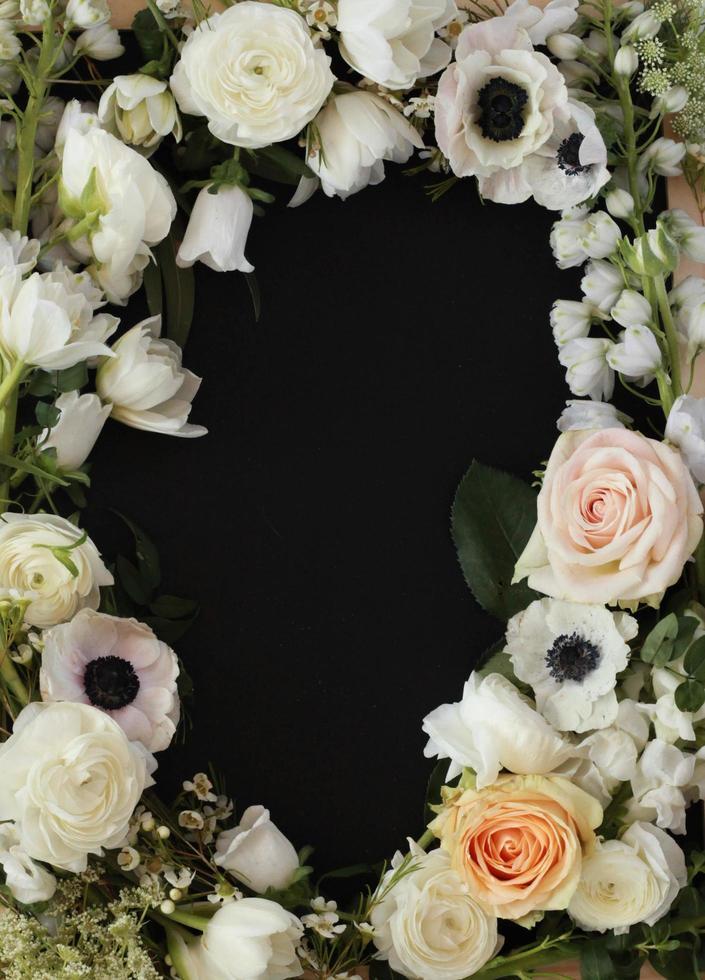 vista dall'alto del bordo floreale sulla superficie nera foto