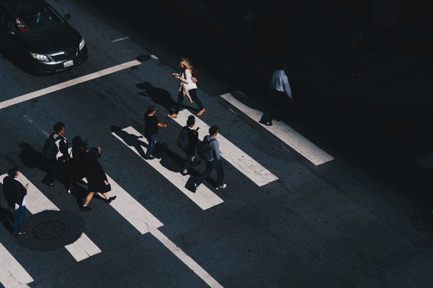 san francisco, ca, 2020 - persone che attraversano la strada foto