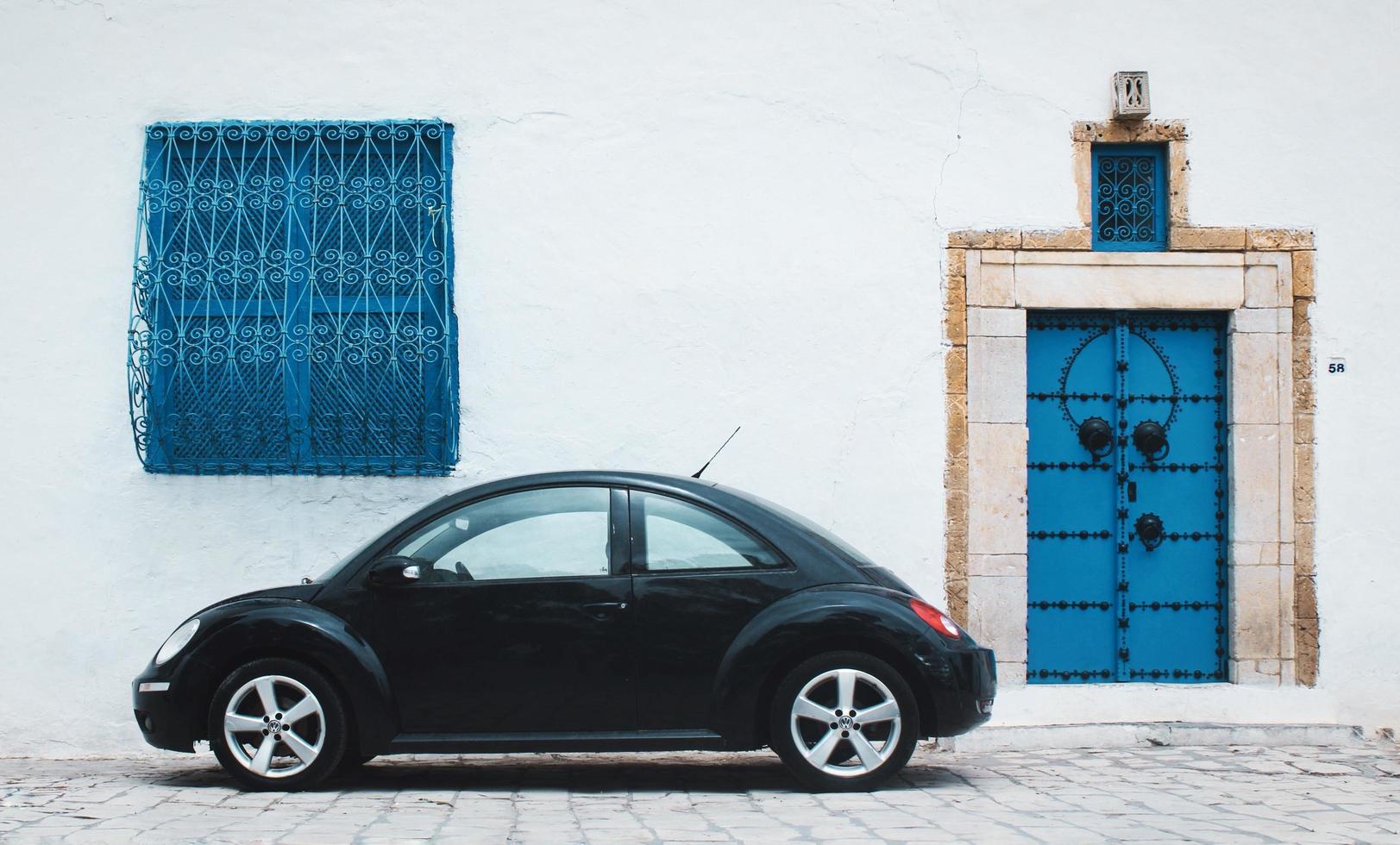 sidi bou said, tunisia, 2020 - auto coleottero nero vicino a casa foto