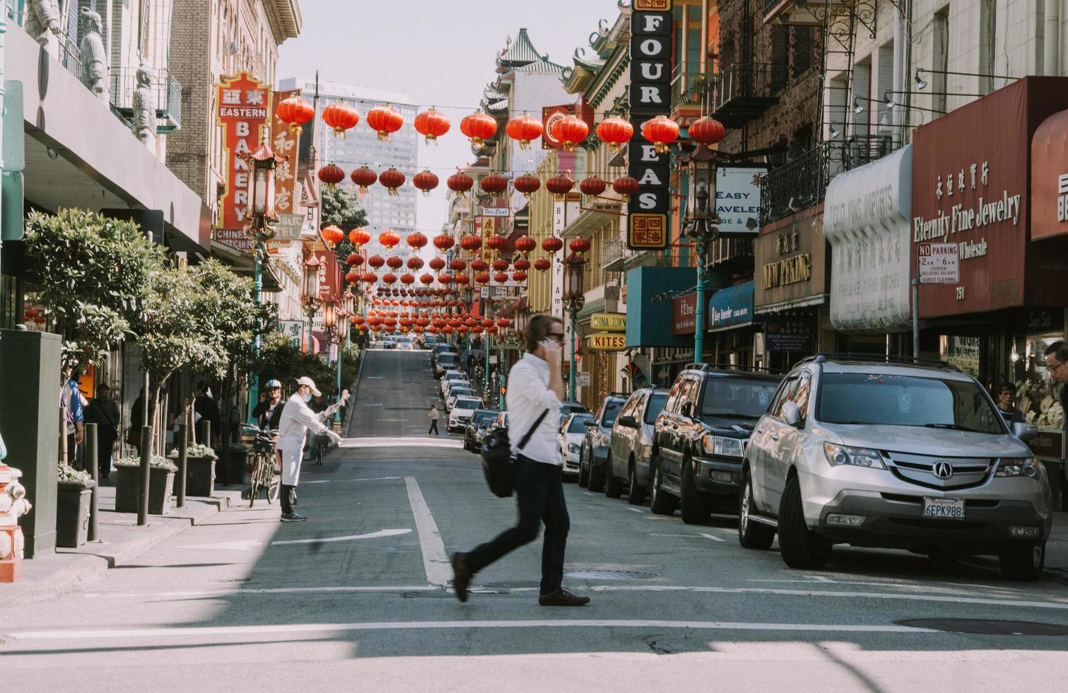 san francisco, california, 2020 - persone che camminano per strada foto