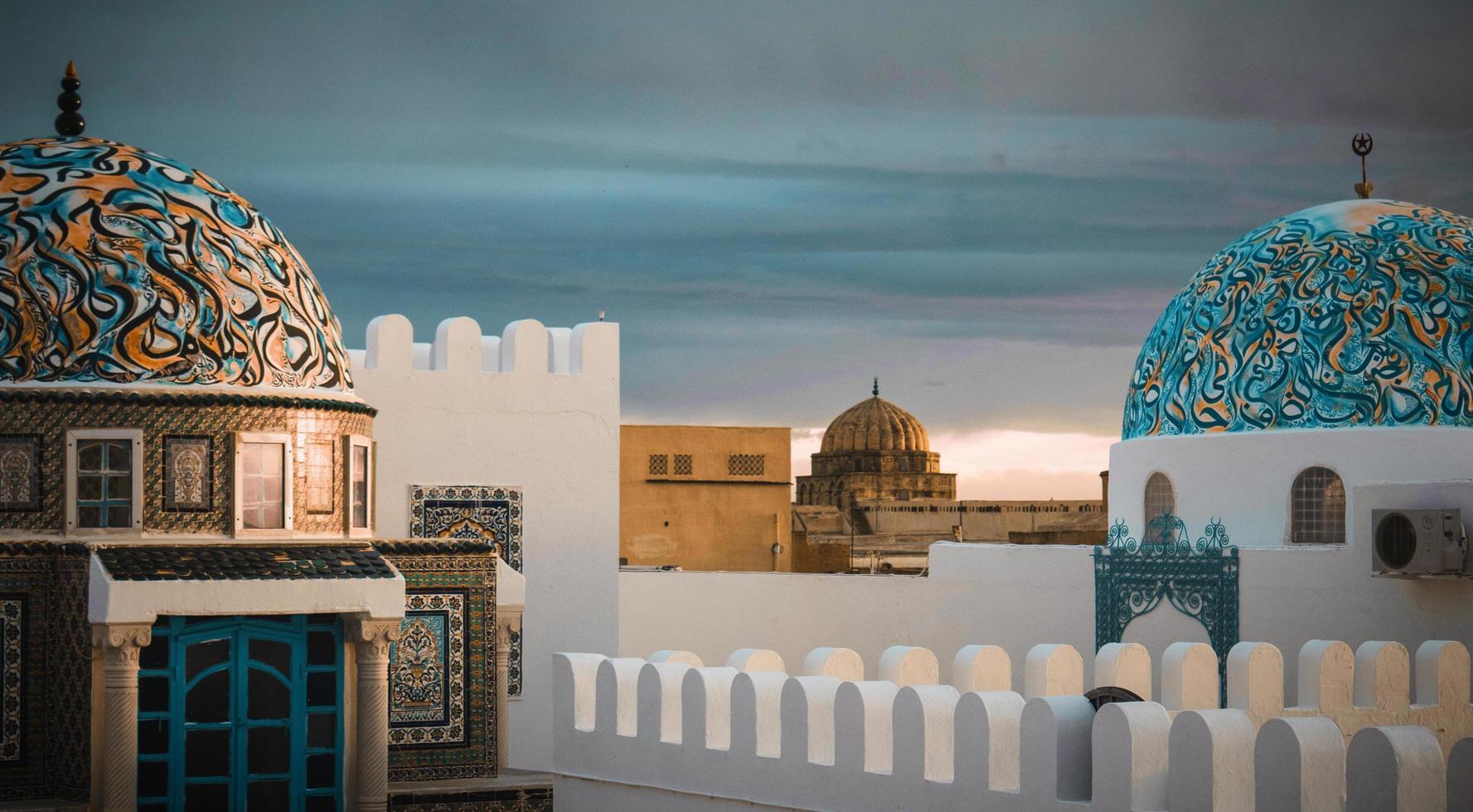 kairouan, nord africa, 2020 - moschee con edifici bianchi e verde acqua foto