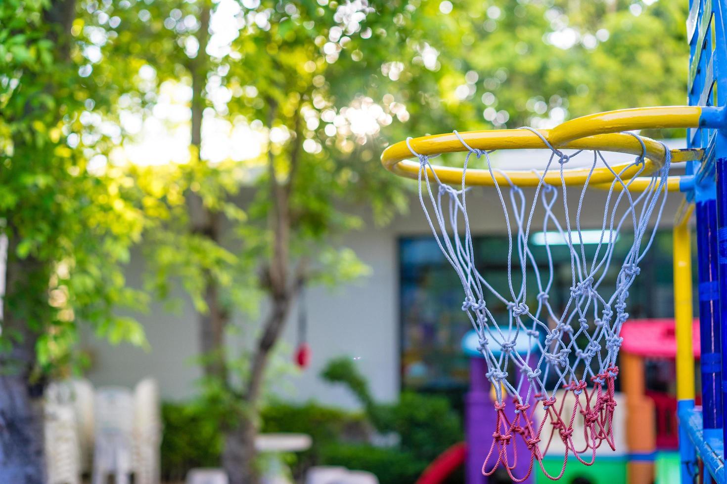 canestro da basket nel parco foto