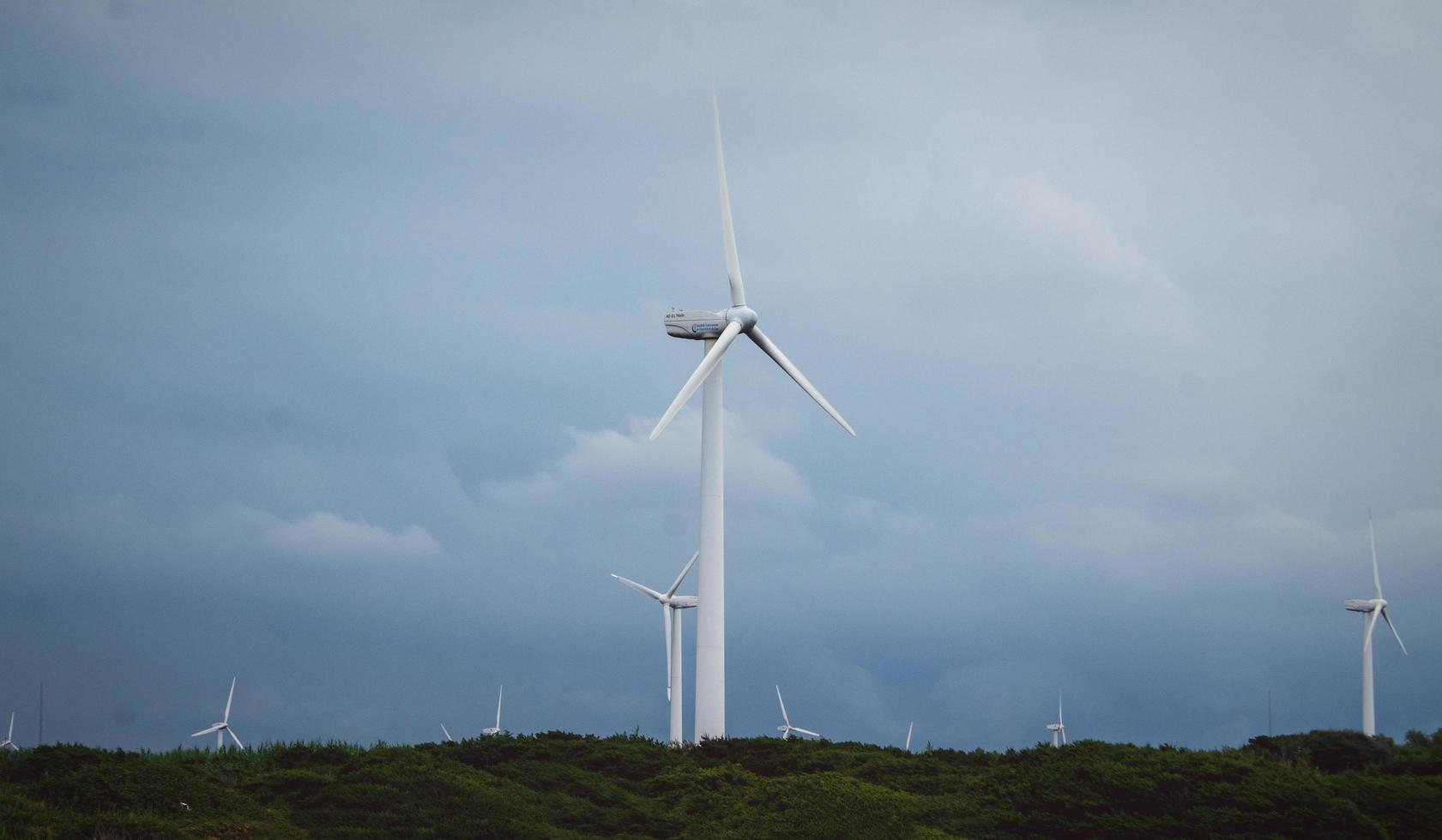 tunisia, nord africa, 2020 - campo della turbina eolica in una giornata nuvolosa foto