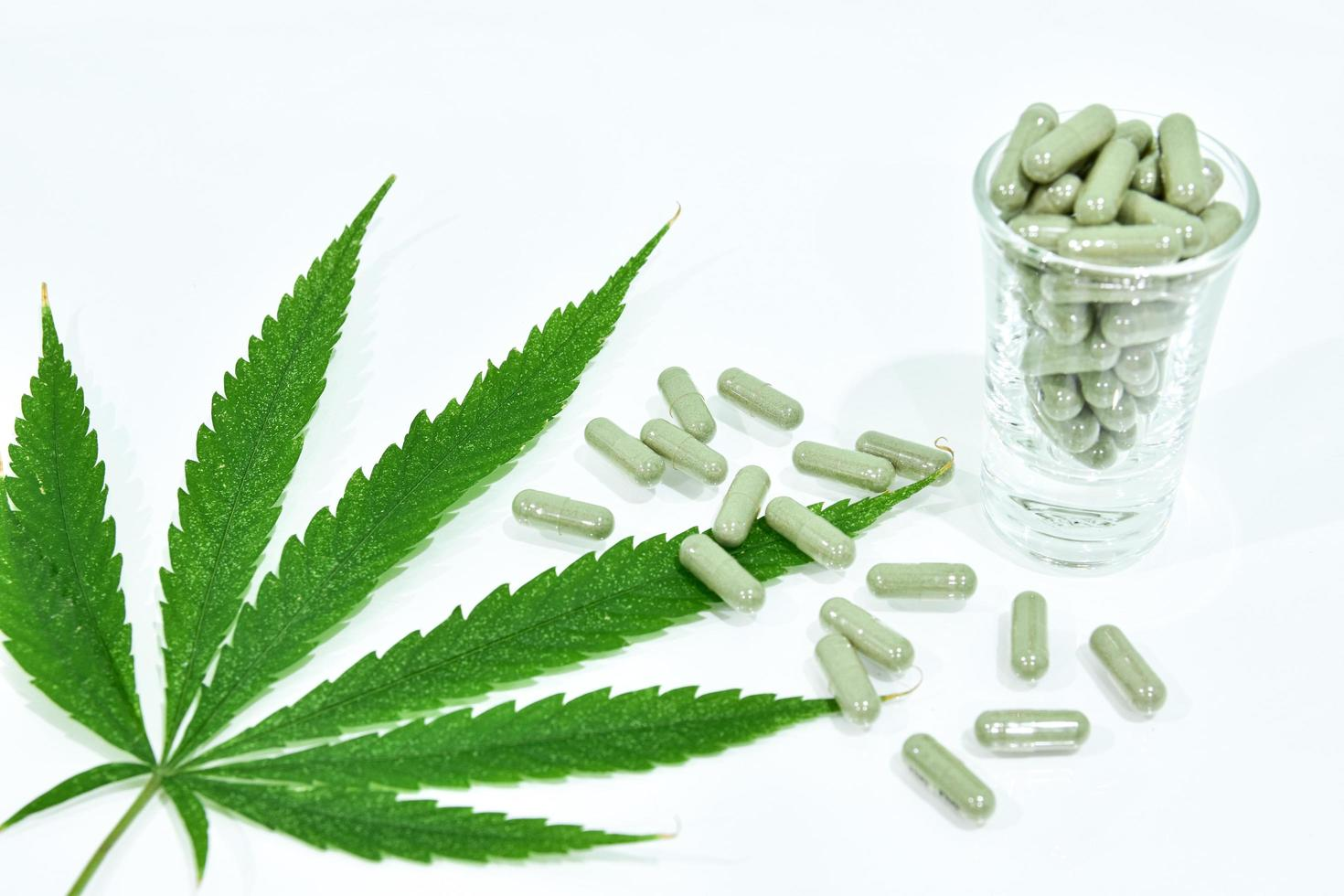 capsule di foglie e pillole di cannabis foto