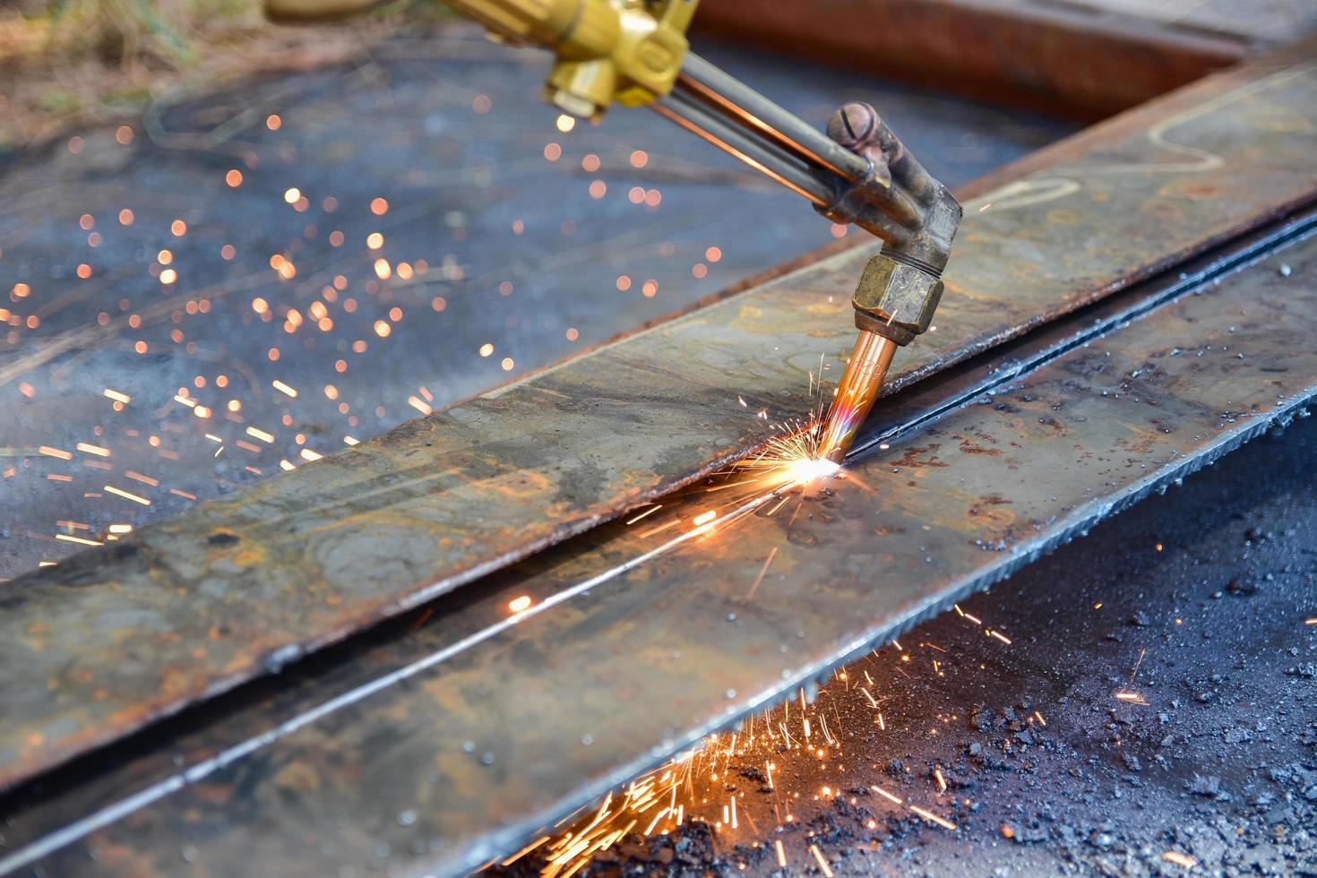 lavoratore taglio piastra metallica foto