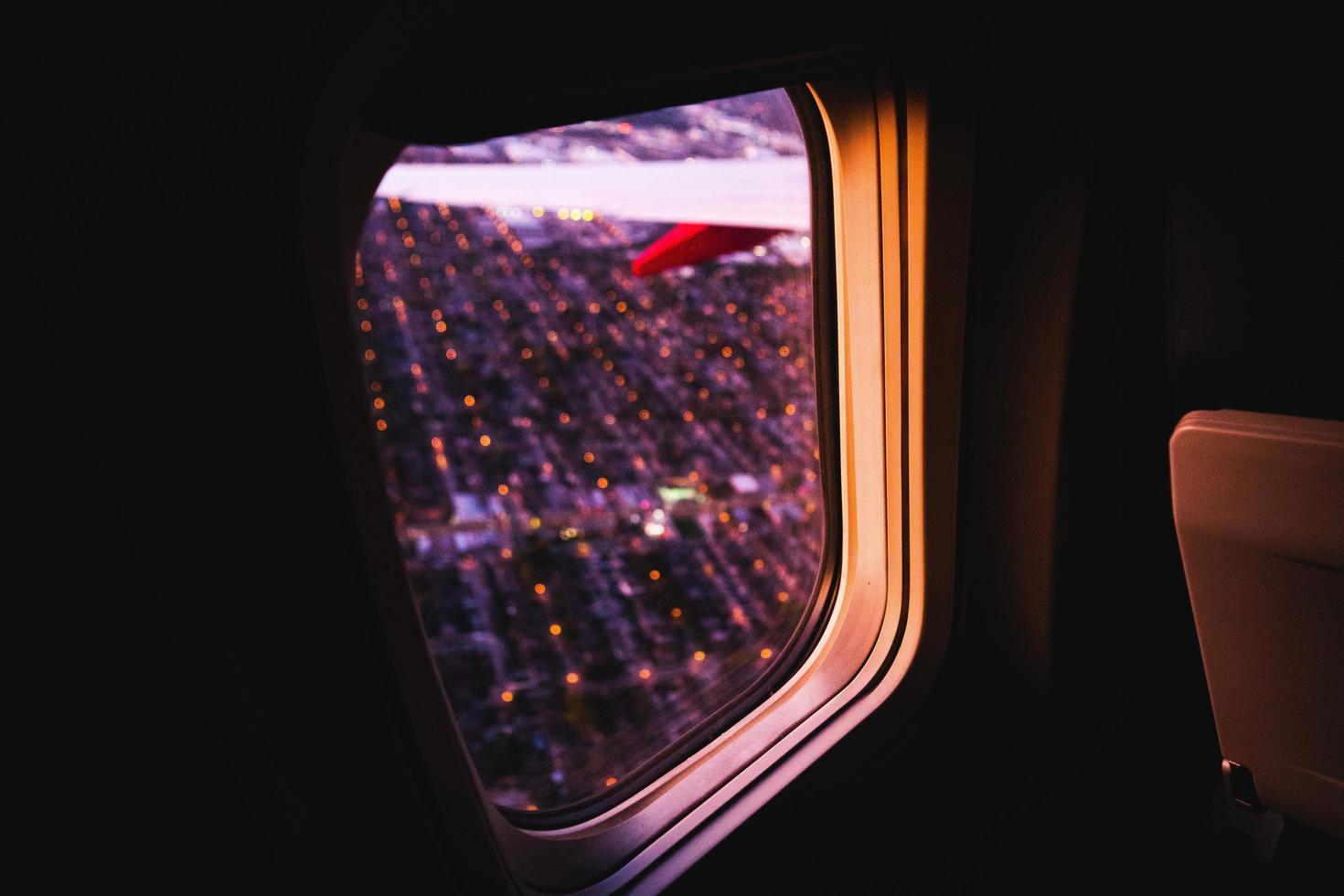 guardando fuori dal finestrino di un aeroplano foto