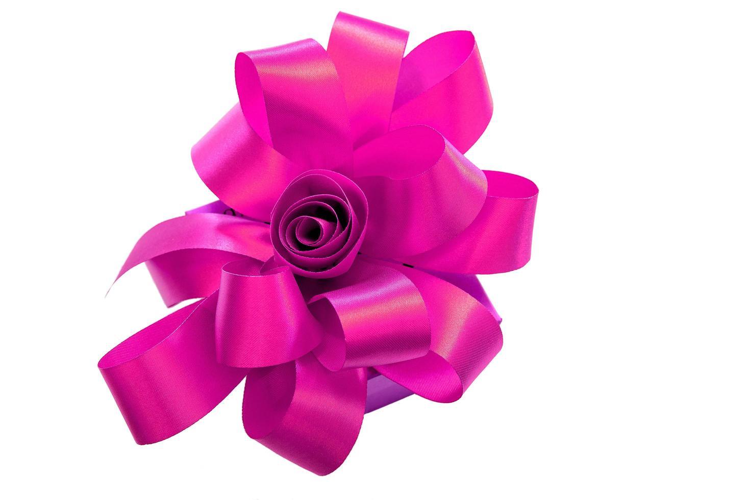 confezione regalo legata con un nastro rosa isolato su sfondo bianco foto