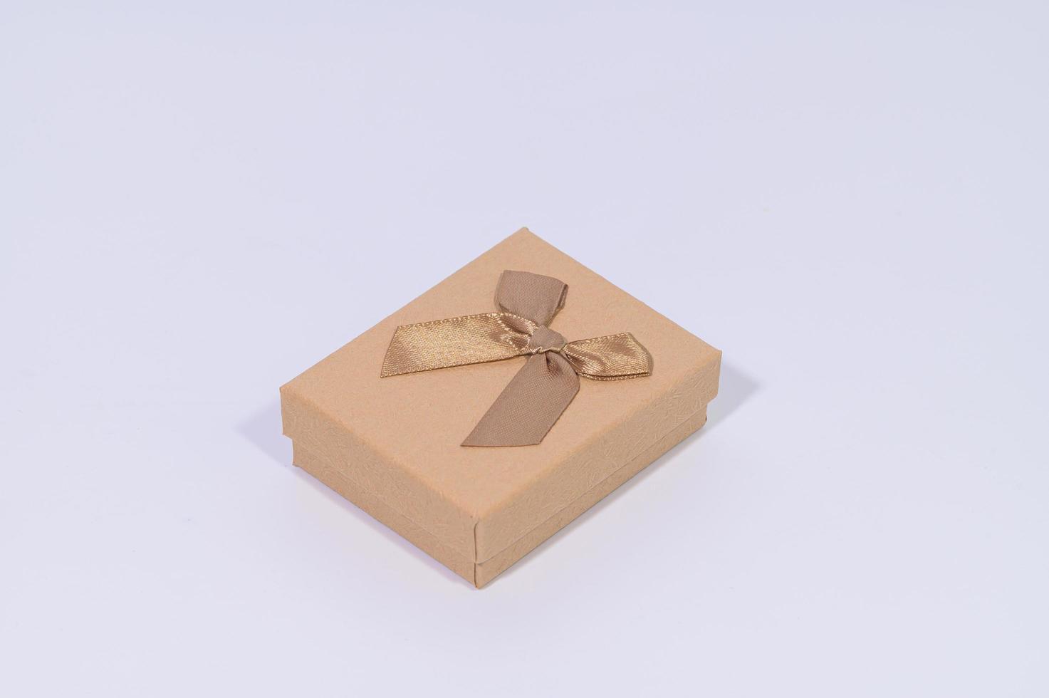 confezione regalo marrone su sfondo bianco foto