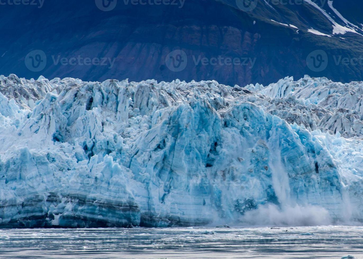 ghiaccio frastagliato che si spezza sul bordo foto