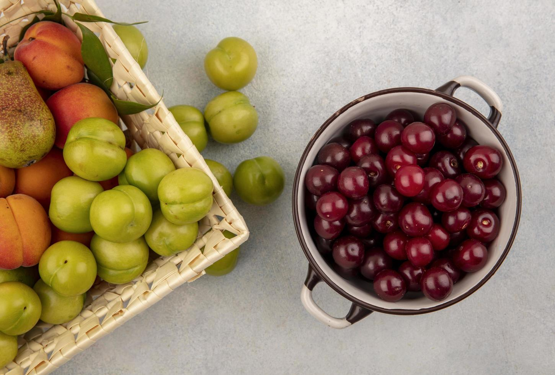 frutta assortita su sfondo neutro foto
