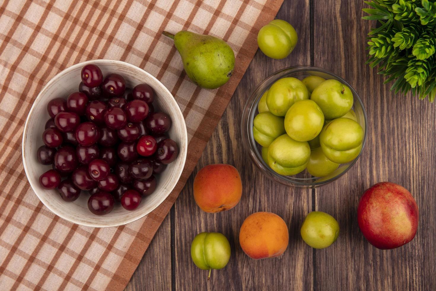 frutta assortita su sfondo autunnale stilizzato foto