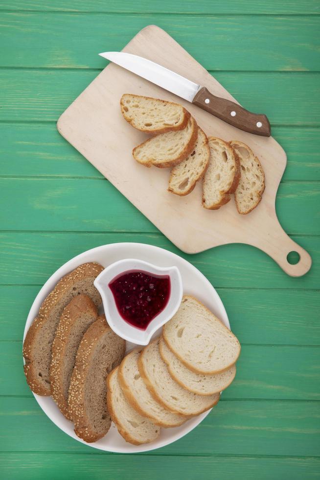 pane a fette sul tagliere su sfondo verde foto
