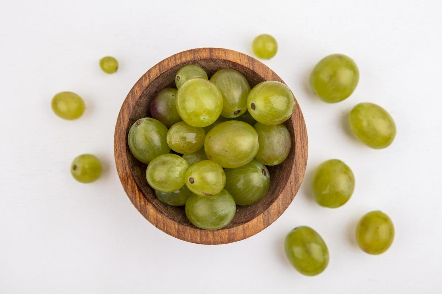 uva bianca in una ciotola su sfondo bianco foto