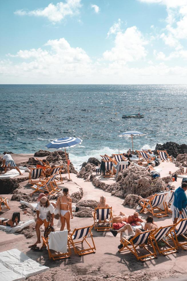 napoli, italia, 2019-i turisti prendono il sole al largo di capri foto