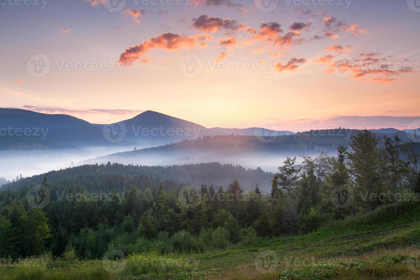 splendido paesaggio montano all'alba con bella nebbia e nuvole foto