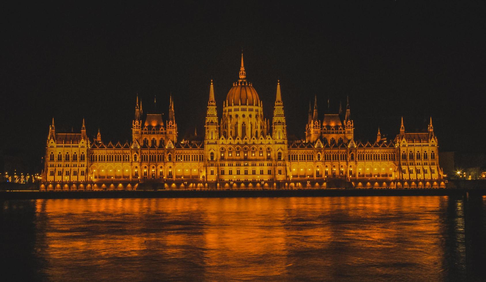 l'edificio del parlamento ungherese a budapest, ungheria foto