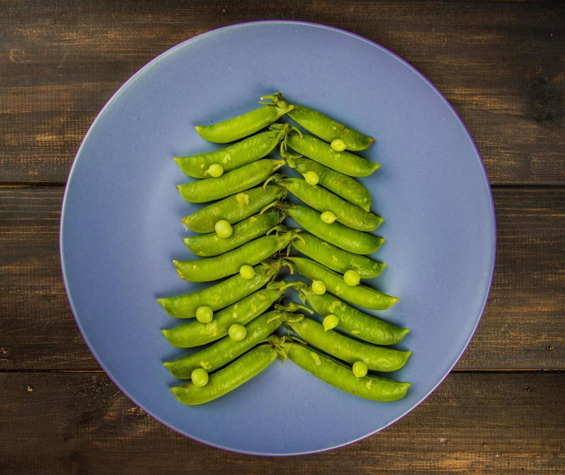 piselli sotto forma di un albero di natale su un piatto foto