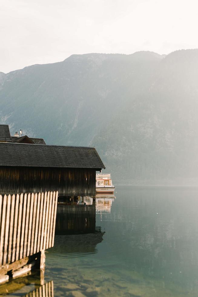 hallstatt, austria, 2020 - case su un lago foto
