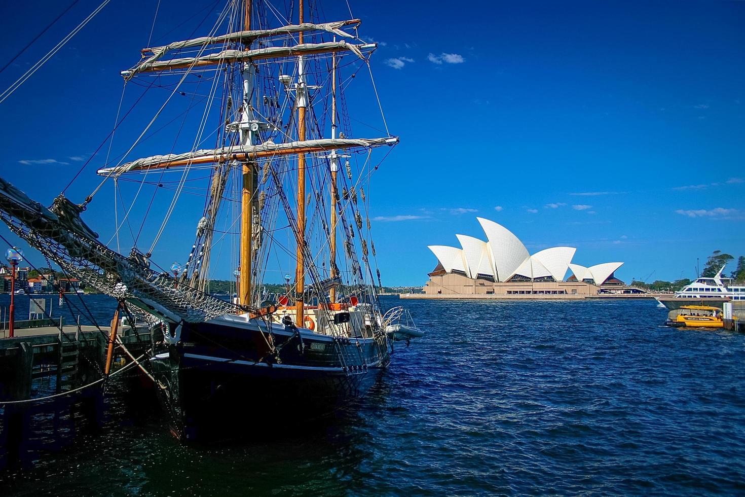 sydney, australia, 2020 - barca a vela vicino al teatro dell'opera di sydney foto