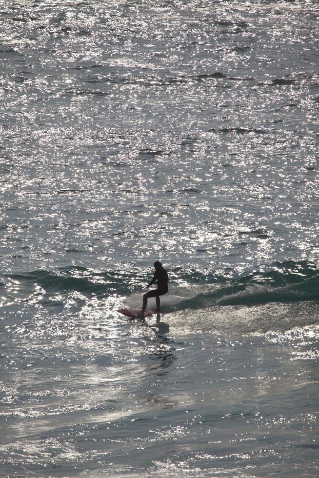 nuovo galles del sud, australia, 2020 - donna che fa surf durante il giorno foto