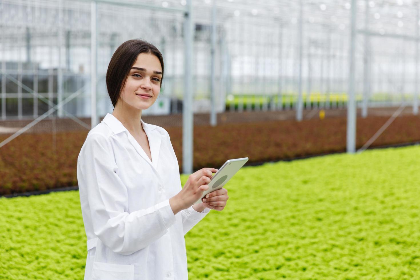 ricercatore femminile tiene un tablet foto