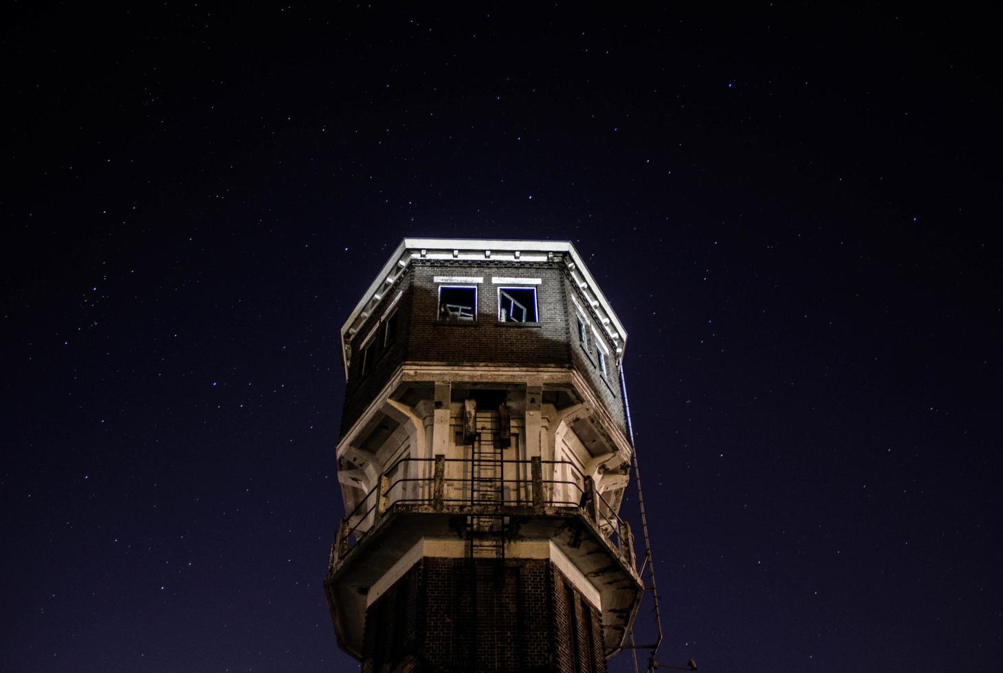 bruges, belgio, 2020 - parte superiore del campanile di bruges di notte foto