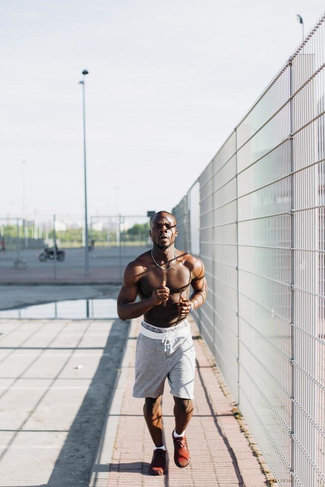 uomo che fa jogging all'esterno foto