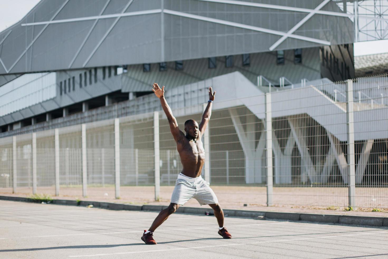 uomo che fa jumping jack foto