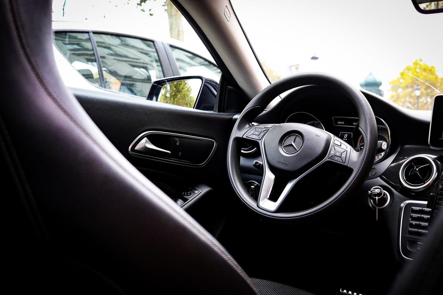 francia, 2020 - all'interno dell'auto mercedes-benz foto