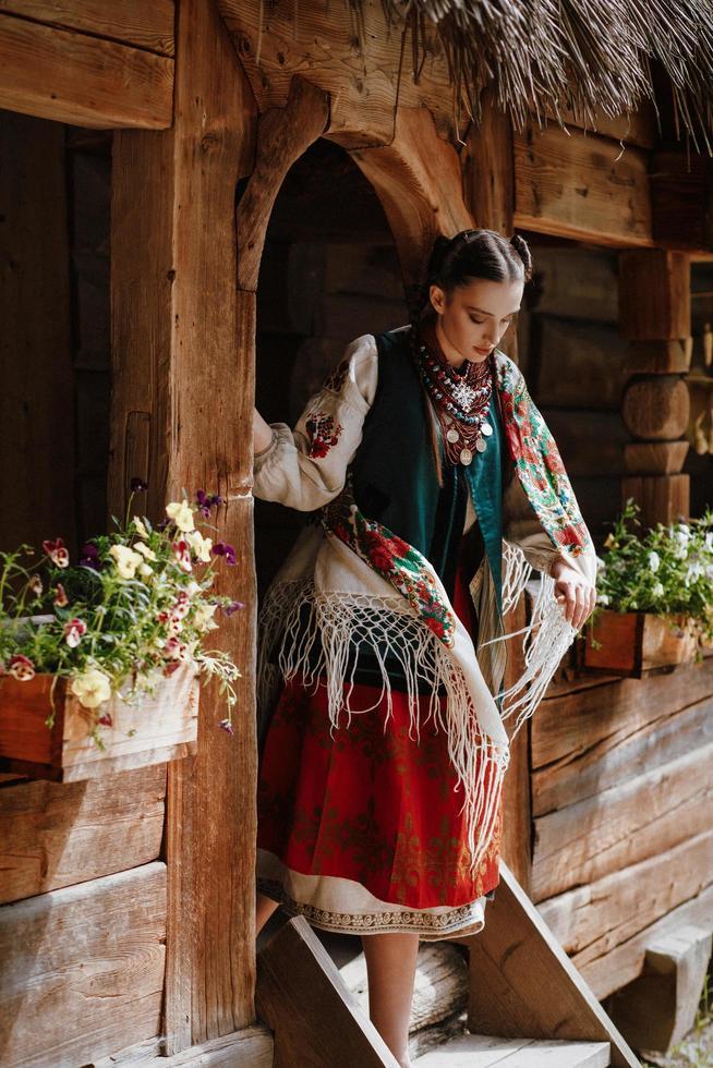 giovane ragazza esce di casa in un abito tradizionale ucraino foto