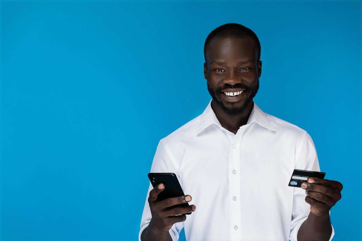 uomo sorridente utilizzando la carta di credito foto