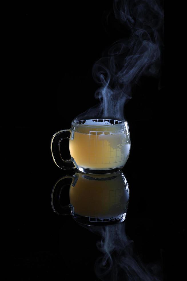 tazza di vetro con liquido caldo foto