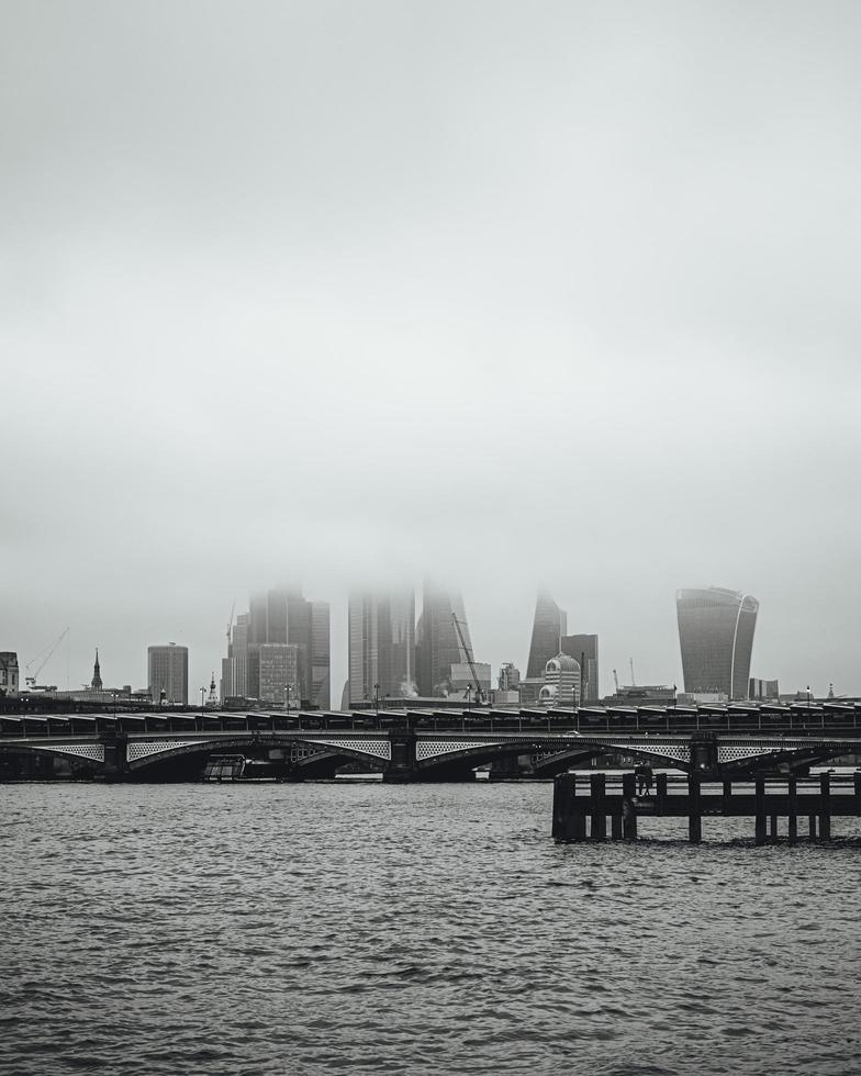 skyline di londra nella nebbia foto