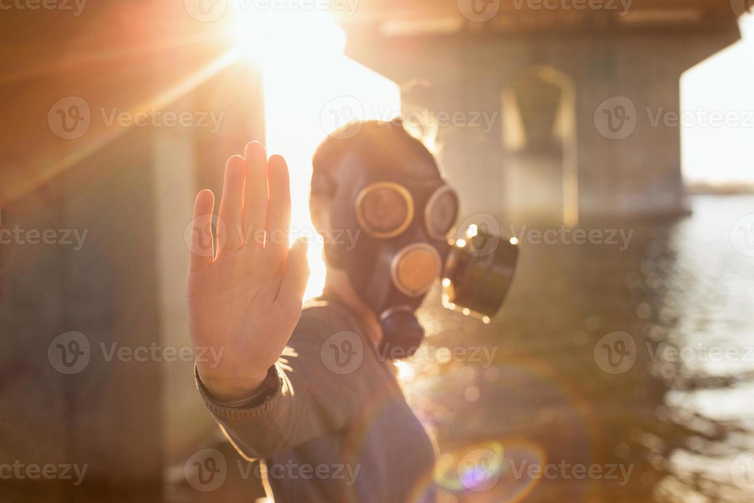 concetto ecologico di contaminazione dell'aria. donna in maschera antigas foto