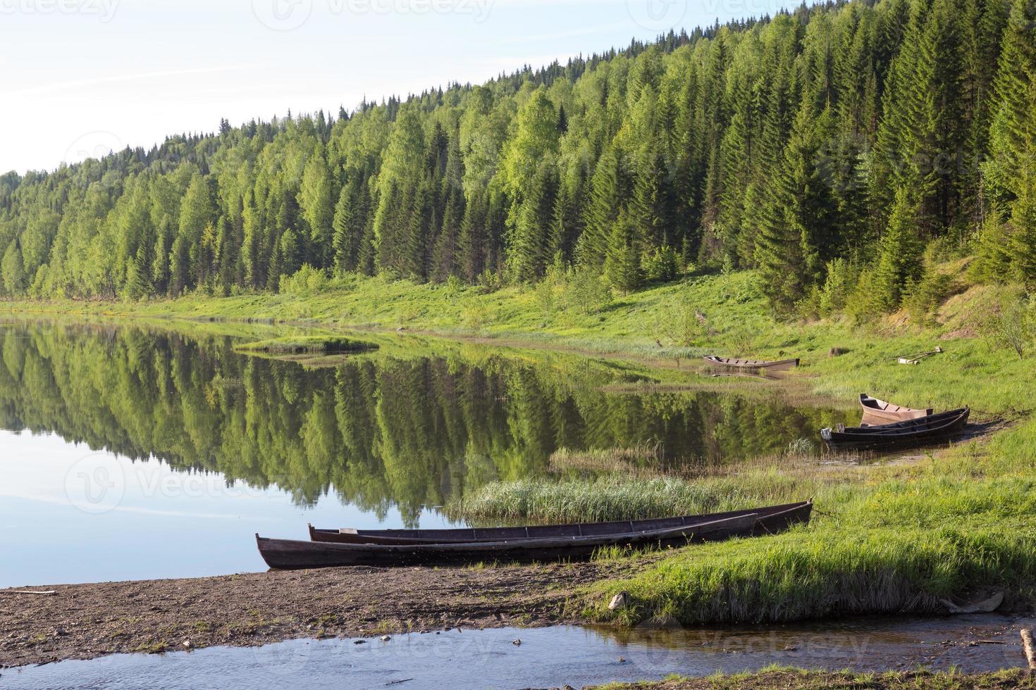 barca sul fiume in giornata di sole foto