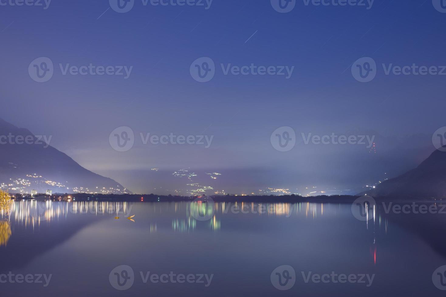 lago alpino di notte foto