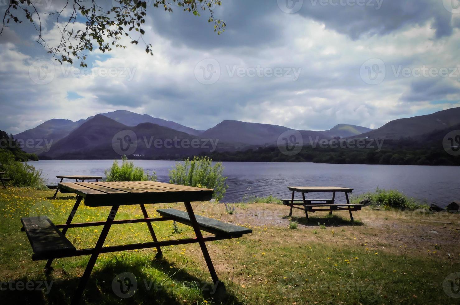 area picnic in riva al lago foto
