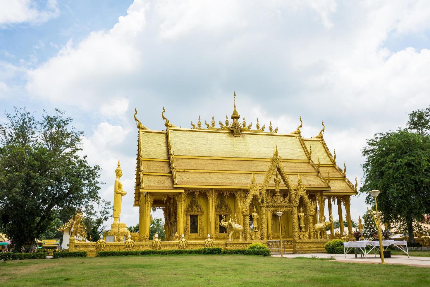 il tempio d'oro di wat paknam jolo, thailandia foto