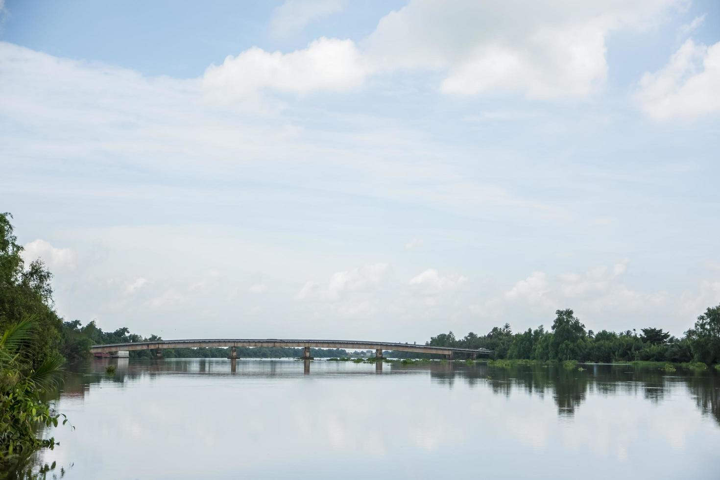 il fiume bang pakong in thailandia foto