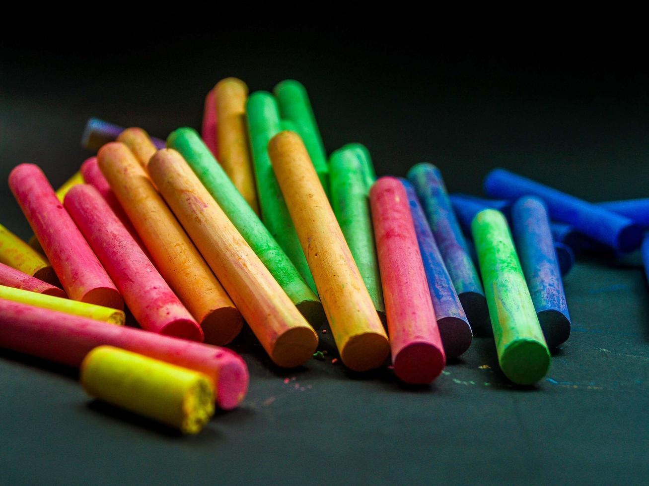 gesso colorato su sfondo scuro foto