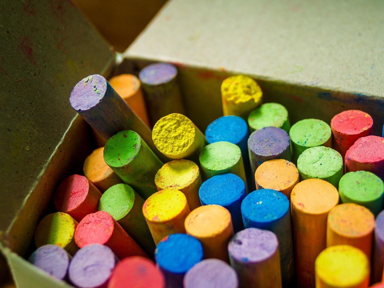 una scatola di gesso colorato foto