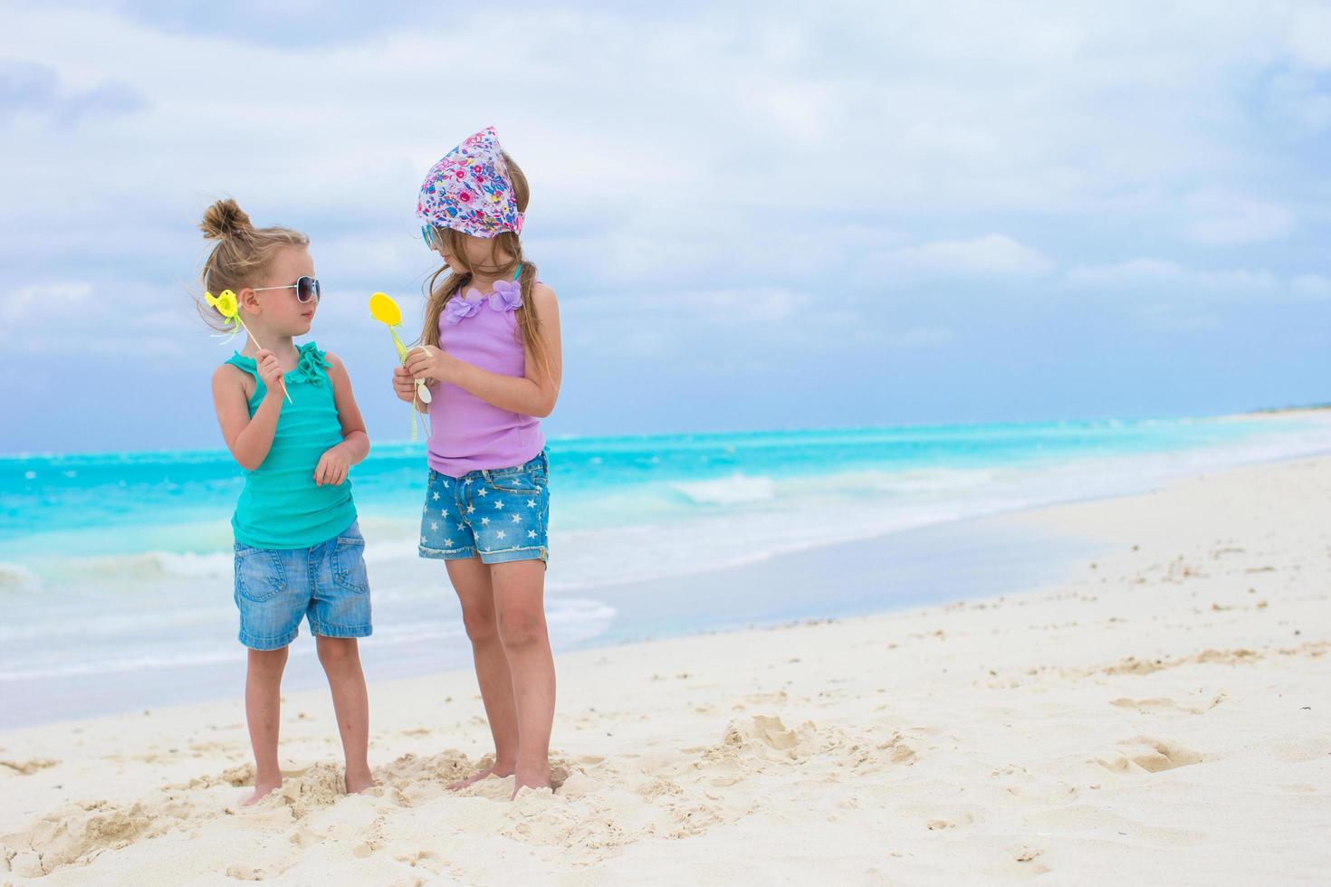 due ragazze che si divertono su una spiaggia foto
