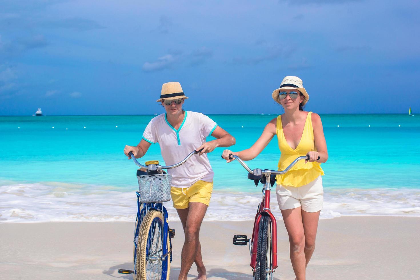 coppia con bici su una spiaggia foto