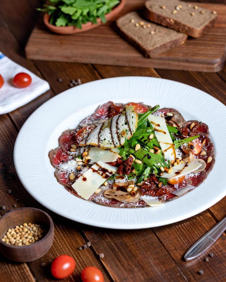 bella insalata di pesce con verdure foto