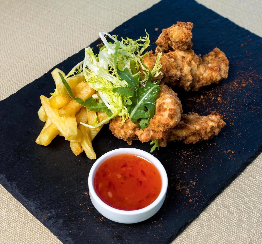calamari fritti e patatine fritte foto