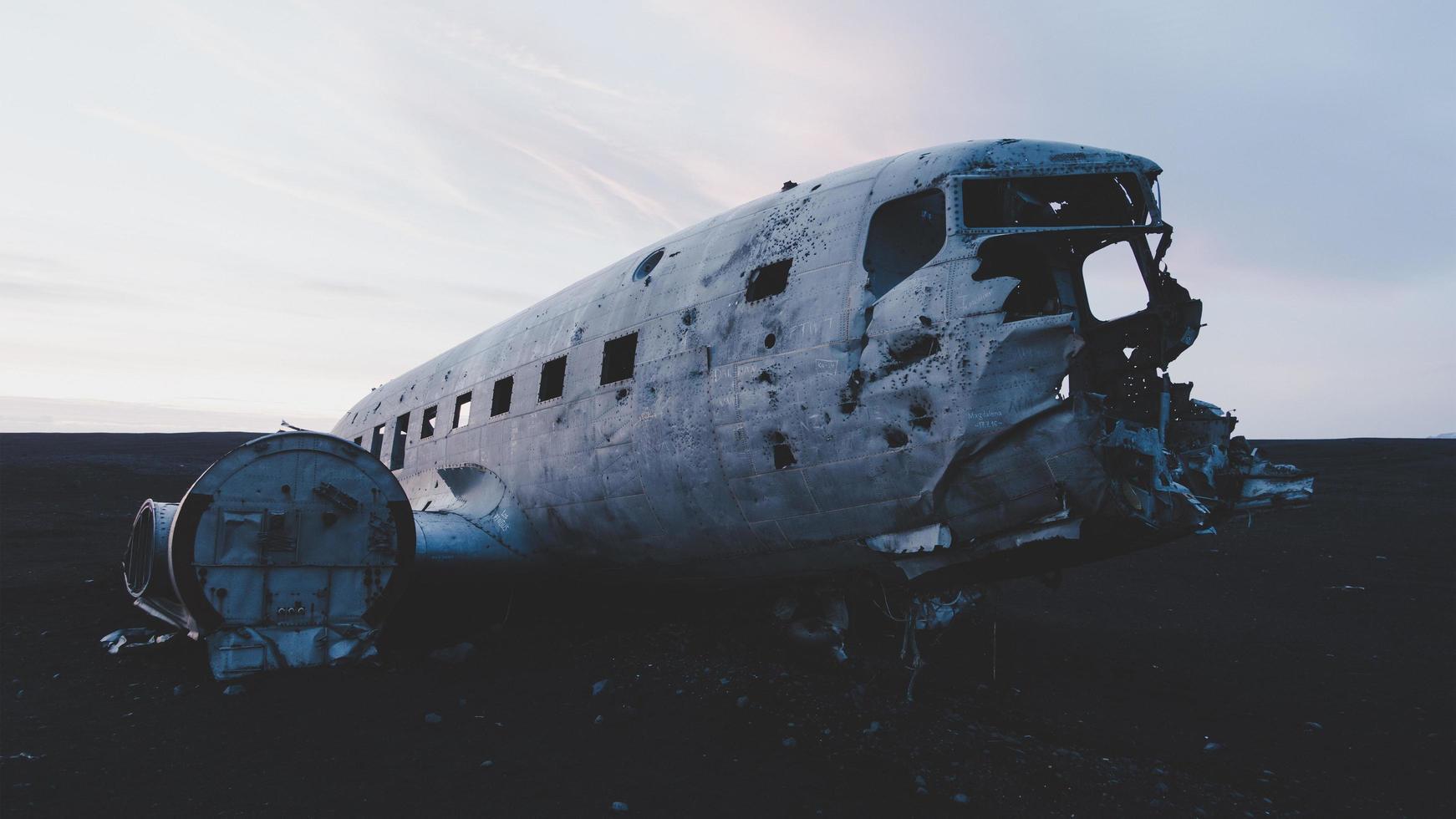 rif, islanda, 2020 - incidente aereo solheimasandur al tramonto foto